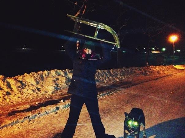 ¡Con el glorioso trineo! :D Y Tucker, el perro alien con ojos láser xD